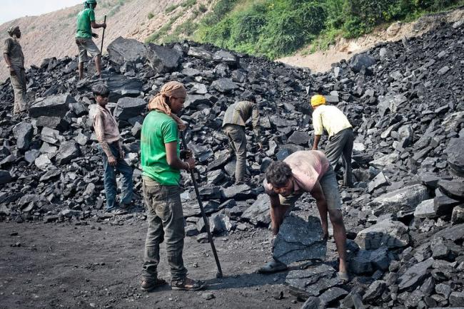 The Khadia open pit mine is 27 km long. Workers loading coal into trucks work in hazardous conditions wear no protective equipment and accidents are frequent. Photo by: international accountability project. Flickr [CC BY 2.0]