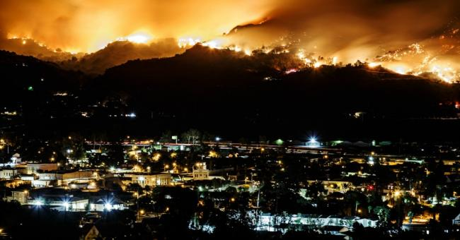 Smoke plume from the Maria Fire rises as seen from Santa Paula, California on Oct. 31, 2019. (Photo: Marcus Yam/Los Angeles Times via Getty Images)