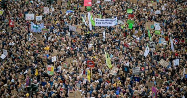 Thousands of demonstrators gather at the Jungfernstieg in Hamburg. (Photo: Axel Heimken/Picture Alliance via Getty Images)