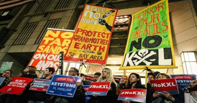 Demonstrators protest against the Keystone XL pipeline, which the Trump administration is attempting to approve despite its disastrous environmental impact. (Photo: Rainforest Action Network/Bonnie Chan/flickr/cc)