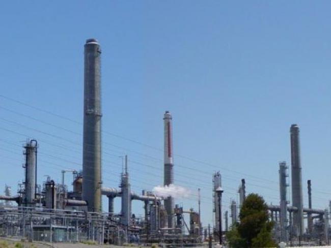 Shell Oil Refinery - Leonard G/Wikimedia Commons