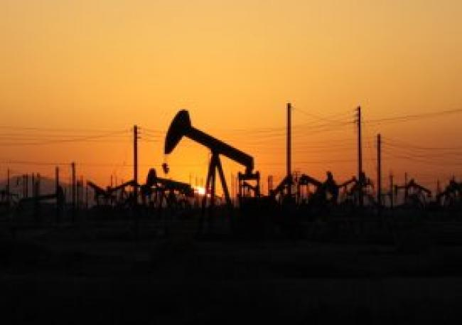 Sunset over an oilfield (Photo: Arne Hückelheim, Creative Commons).