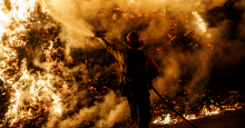 Firefighters sprays water on a back fire while battling the spread of the Maria Fire as it moves quickly towards Santa Paula, California, on Nov. 1, 2019. (Photo: Marcus Yam/Los Angeles Times via Getty Images)