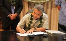 Hawaii Governor David Ige signs a bill on June 8, 2015 calling for the state's electricity sector to transition entirely to renewable energy in 30 years. (Governor of the State of Hawaii)