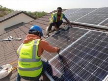 Installing solar panels - Peteonline22/Wikimedia Commons