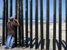 US Mexico boarder - flo razowsky/flickr