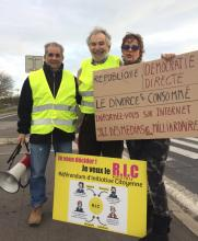 """Seasons Greetings from France's Yellow Vests: """"We Are NotTired"""" - """"Inform yourselves by Internet. 98% media owned by billionaires."""""""